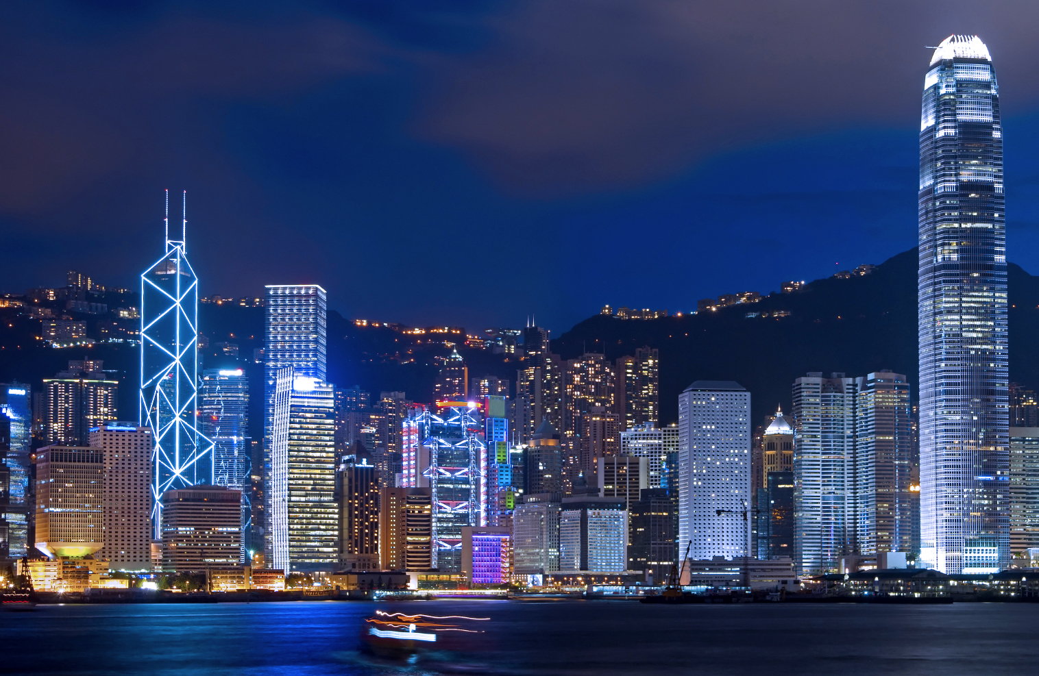 Hong-Kong-bay-at-night